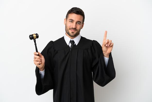 Beurteilen sie den kaukasischen mann, der auf weißem hintergrund isoliert ist und einen finger im zeichen des besten zeigt und hebt