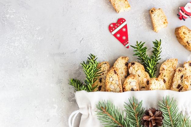 Beutel mit biscotti mit haselnüssen