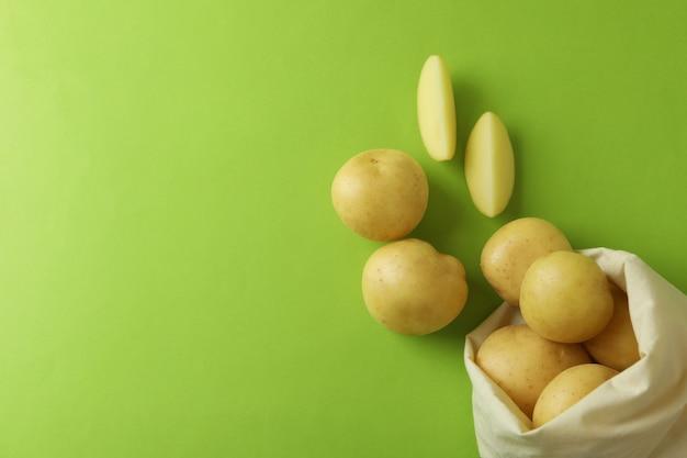 Beutel mit jungen kartoffeln auf grün