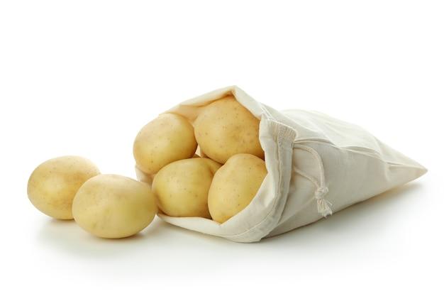 Beutel mit jungen kartoffeln auf weißem hintergrund