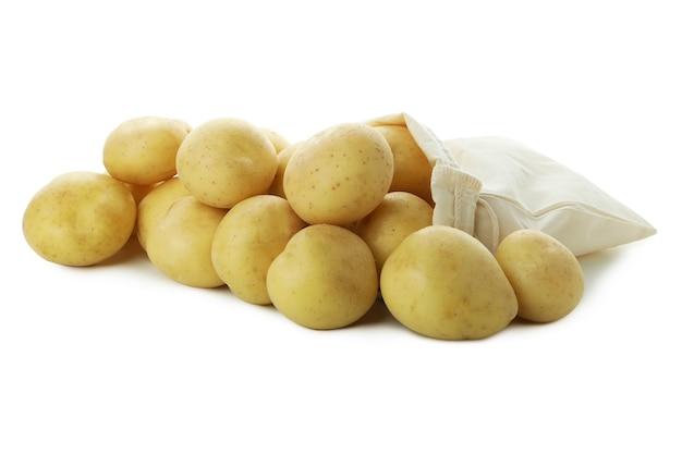 Beutel mit jungen kartoffeln, isoliert auf weiss