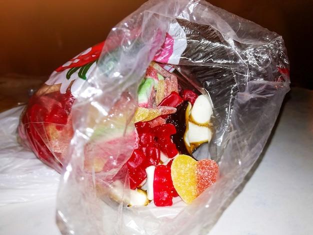 Beutel mit süßen gummibärchen in verschiedenen formen und farben
