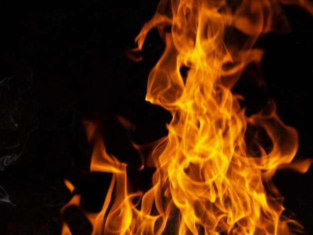 Bewegliche flammen auf schwarzem hintergrund