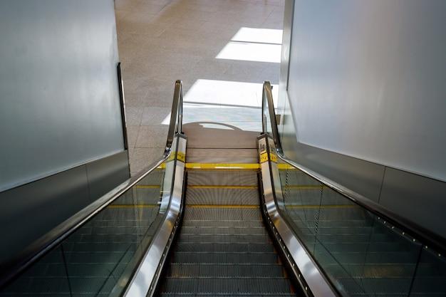 Bewegliche rolltreppe im internationalen flughafen der automatischen treppe.
