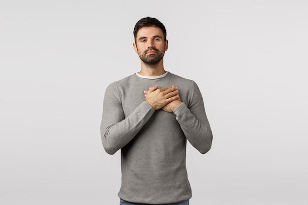 Bewegt und beeindruckt, berührt treuen gutaussehenden ehemann im grauen pullover look mit bewunderung und zuneigung, drücken sie die hände zu herzen, versprechen, treu träumerisch aussehen