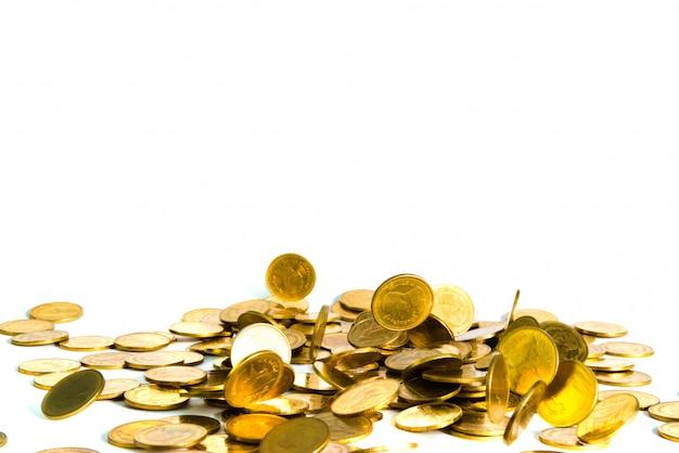 Bewegung der fallenden goldmünze lokalisiert auf weißem hintergrund