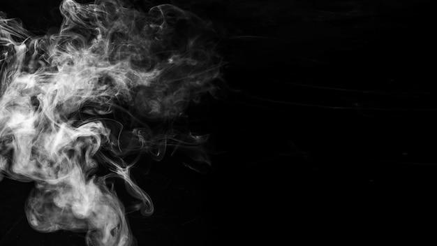 Bewegung des rauches auf schwarzem hintergrund
