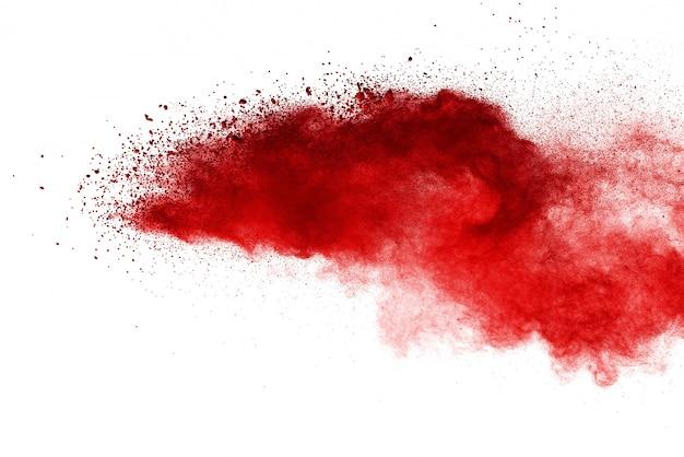 Bewegung des roten farbpulvers einfrieren, das auf weißem hintergrund explodiert