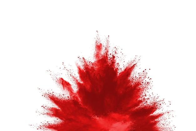Bewegung des roten farbpulvers einfrieren, das auf weißem hintergrund explodiert.