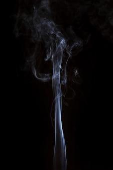 Bewegung des weißen rauches bewegt sich auf schwarzem hintergrund nach oben