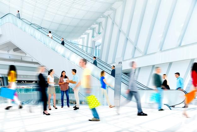 Bewegung verwischt die menschen im einkaufszentrum