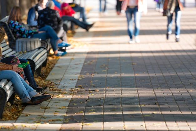 Bewegung verwischte fußgänger im park. straßenhintergrund mit copyspace