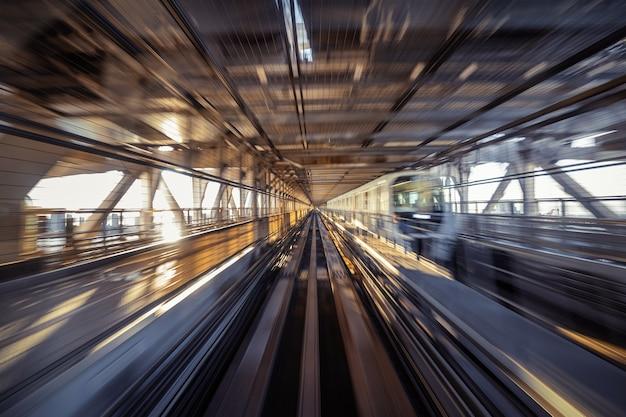 Bewegungsunschärfe des automatischen zuges, der innerhalb des tunnels in tokio, japan bewegt.