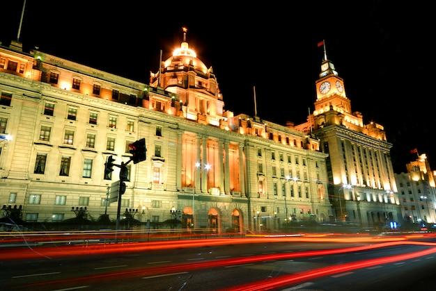 Bewegungsunschärfe des verkehrs auf der historischen promenade, shanghai.