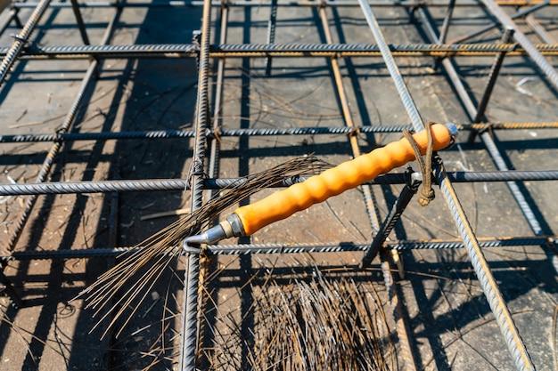 Bewehrungskorb auf der baustelle binden. bewehrungsstab aus stahl für armierten beton.