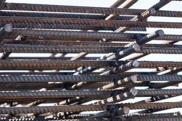 Bewehrungsstäbe aus stahl. bewehrtes eisen für den betonbau. nahaufnahme von bewehrungsstäben.