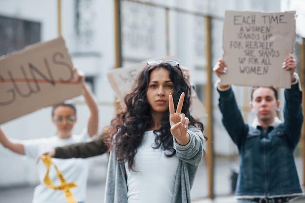 Beweise mir das gegenteil. eine gruppe feministischer frauen protestiert im freien für ihre rechte