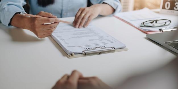 Bewerbung für jobs und vorstellungsgespräche konzept, frau hofft auf einen lebenslauf und recruiter über bewerbung, personalleiterin, die einstellungsentscheidung trifft.