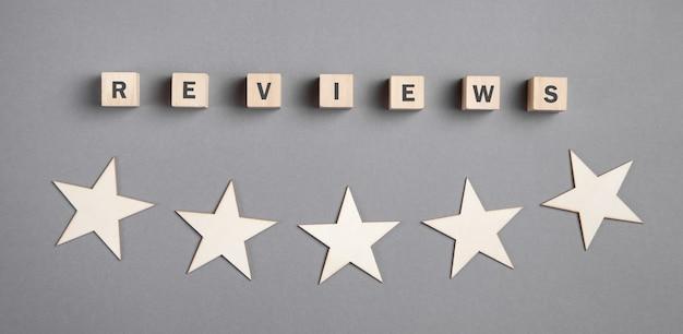 Bewertungen wort auf holzwürfeln mit fünf sternen.