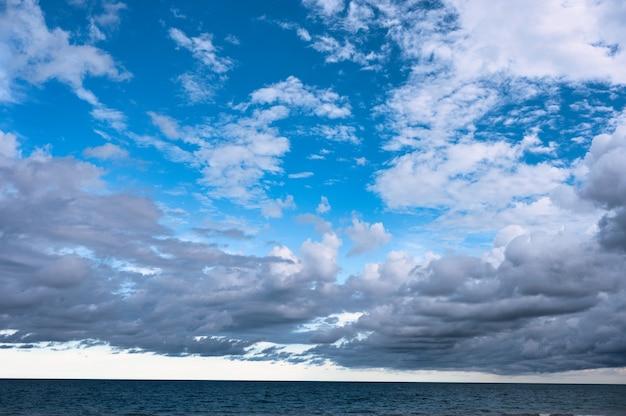 Bewölkt auf blauem himmel über tropischem meer