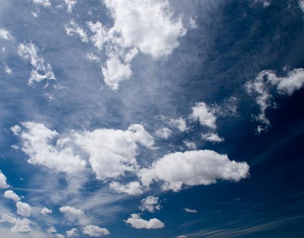 Bewölkt und blauen himmel