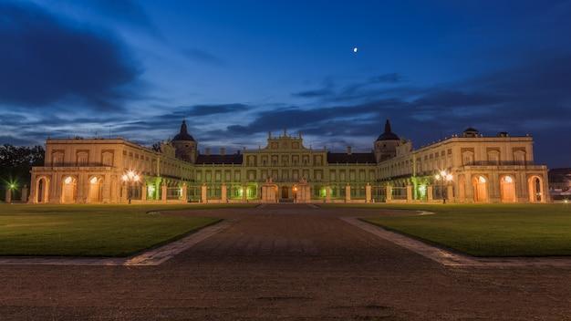 Bewölkte dämmerung über dem historischen palast von aranjuez, spanien