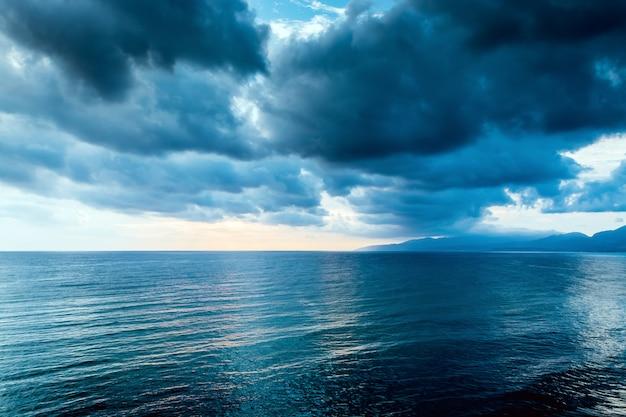 Bewölkte graue wolke am düsteren himmel vor einem gewitter