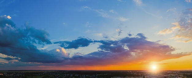 Bewölkte landschaft bei sonnenuntergang. abendhimmel panorama