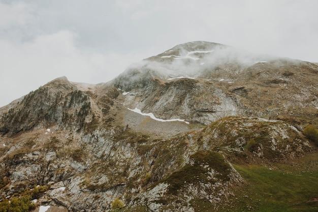 Bewölkte landschaft eines berges