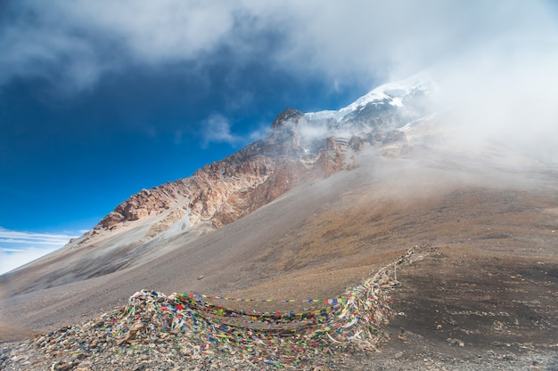 Bewölkte landschaft in den himalajabergen