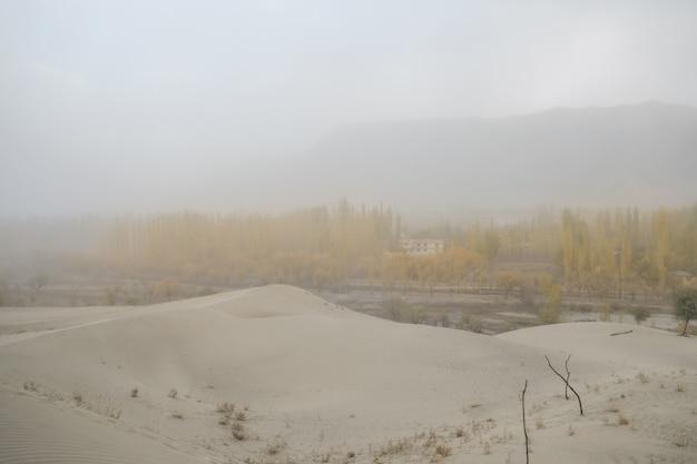 Bewölkte und staubige szene vor sturm. windige naturlandschaft in kalter wüste katpana, skardu.