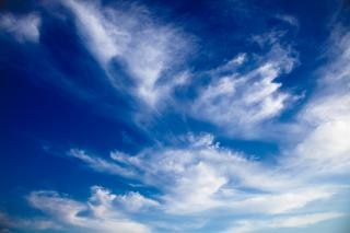 Bewölkten blauen himmel somadjinn