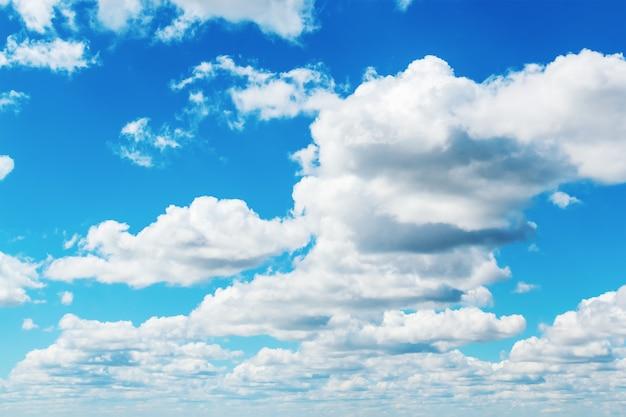 Bewölkter blauer himmel an einem sommertag