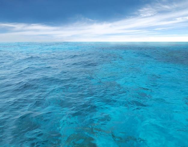 Bewölkter blauer himmel, der für horizont über einer blauen oberfläche von verlässt