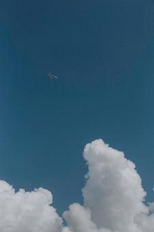 Bewölkter blauer himmel handy wallpaper