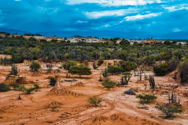 Bewölkter blauer himmel über einem tal in der tatacoa-wüste, kolumbien