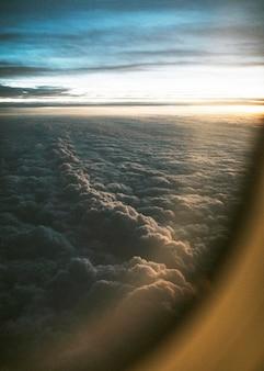 Bewölkter blick aus dem flugzeug