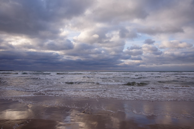 Bewölkter himmel am strand