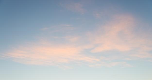 Bewölkter himmel bei sonnenaufgang für hintergrund.