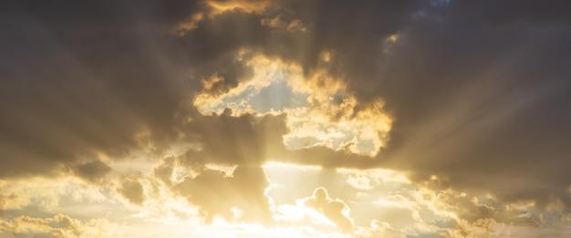 Bewölkter himmel der goldenen stunde des panoramas mit sonnenlicht