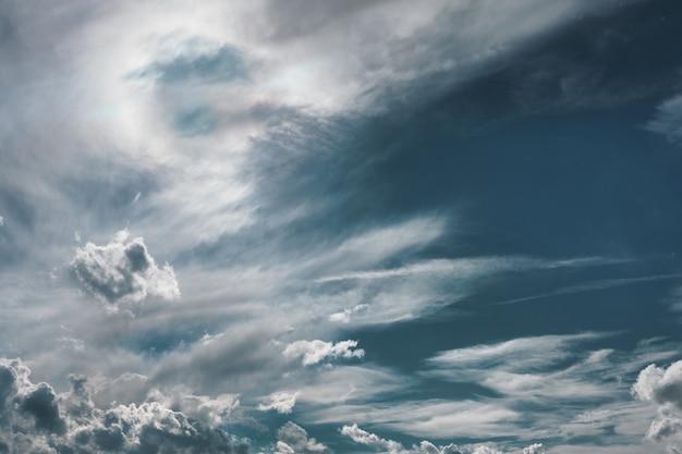 Bewölkter himmel hintergrund