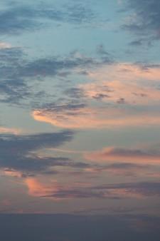 Bewölkter himmel im tageslichthintergrund