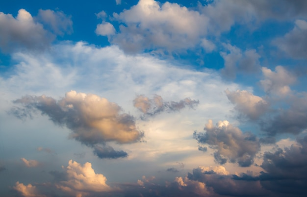 Bewölkter himmel in der regenzeit