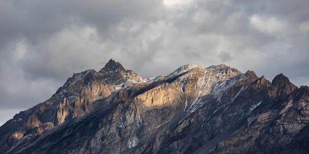 Bewölkter himmel panorama der bergkette