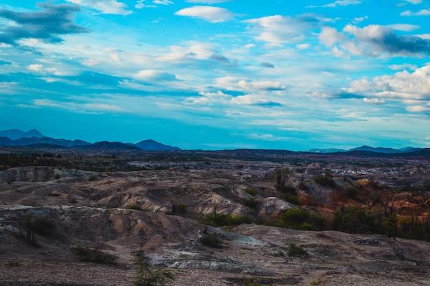 Bewölkter himmel über dem felsigen tal in der tatacoa-wüste, kolumbien