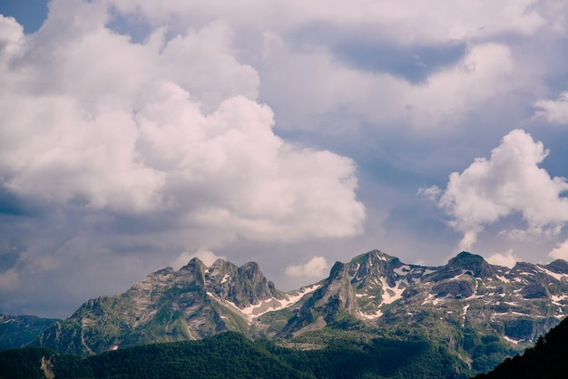 Bewölkter himmel über den berggipfeln. montenegro