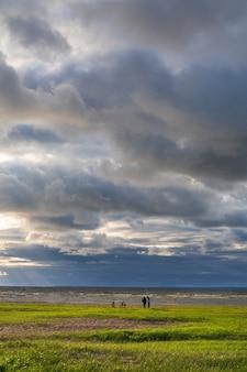 Bewölkter himmel über der nordsee nach sturmwetter bei sonnenuntergang