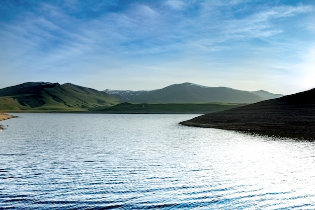 Bewölkter himmel und schöne aussicht auf spandaryan resrvoir, armenien