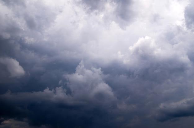 Bewölkter himmel vor dem sturm. dramatischer himmelhintergrund