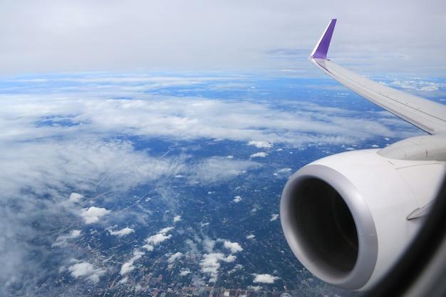 Bewölkter himmelblick vom flugzeugfenster
